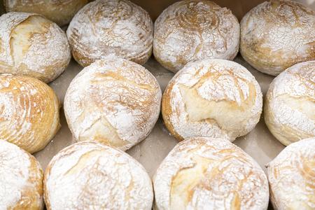 Warm air bread on the shelf in the store. Standard-Bild
