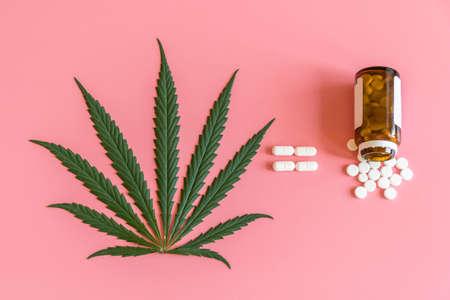 Kanabis es igual a tabletas. El concepto de tratamiento con cannabis. El uso de marihuana con fines medicinales. Foto de archivo