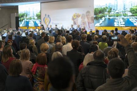 Personas en la sala de conferencias. Vista trasera. La gente en la sala escucha al conferenciante. Foto de archivo