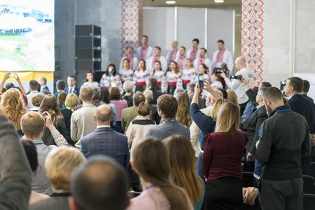 espectadores en un concierto de coro. borroso. Foto de archivo