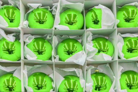 green Christmas balls. Christmas decorations in box. Banco de Imagens