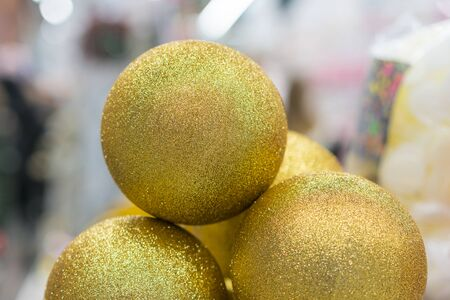 Christmas balls. golden christmas balls. Christmas toys background for a Christmas card, Christmas wallpapers. Banco de Imagens