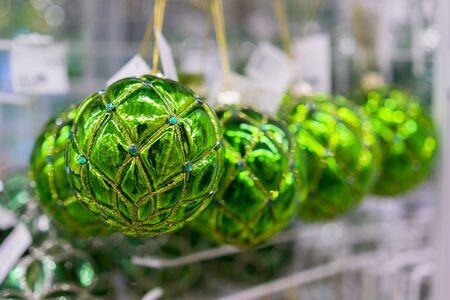 Christmas balls. Christmas baubles. Green christmas balls. Christmas toys background for a Christmas card, Christmas wallpapers. Banco de Imagens