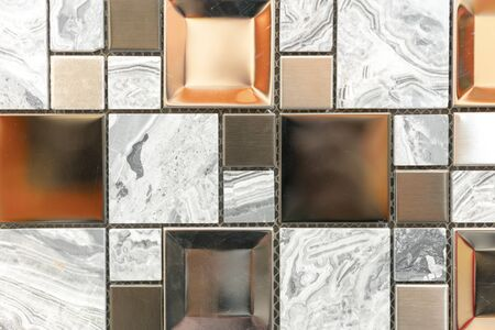 Ceramic mosaic tiles with white and brown embossed squares to decorate the kitchen, bathroom or pool. Mosaic of brown marble in the form of squares. 免版税图像