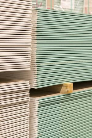 Drywall in a hardware store. Drywall sheets for repair and construction. Repair and construction concept. vertical photo. 免版税图像