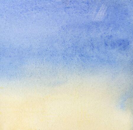 Abstracte aquarel achtergrond. Vloeiende kleurovergang van lichtblauw naar zacht oranje. Handgetekende gradiënt op textuurpapier. Stockfoto
