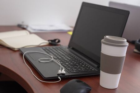 Wood office desk table with laptop, cup of coffee Banque d'images