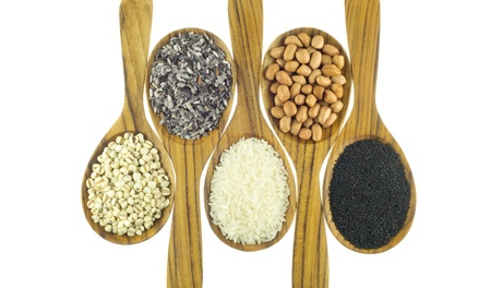 mijo: Cereales en la cuchara de madera