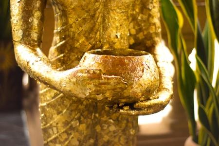 limosna: Estatua de Buda celebración de tazón.