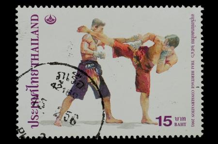 TAILANDIA - CIRCA 2003 Un sello impreso en Tailandia, muestra del estilo tailand�s de boxeo de la serie THAI CONSERVACI�N DEL PATRIMONIO, alrededor de 2003 photo