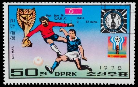 NOORD-KOREA - CIRCA 1978 Een stempel gedrukt in Noord-Korea toont de voetballers Pak Doo Luc uit de serie World Cup Winners, circa 1978