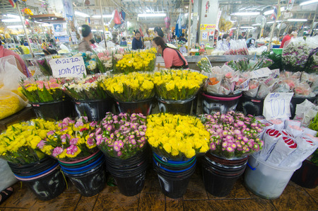"""BANGKOK - April 04: Bloemenmarkt naam """"Pak Klong Talad"""" 4 april 2015 in Bangkok. Er zijn veel mooie en goedkope bloemen op deze markt niet ver van de Chao Phraya rivier in Bangkok Redactioneel"""
