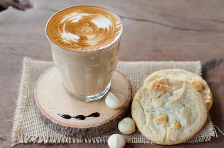 hot coffee and white chocolate macadamia cookie 版權商用圖片