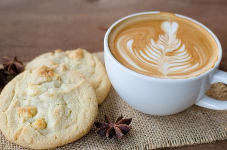 warme koffie en witte chocolade macadamia koekje