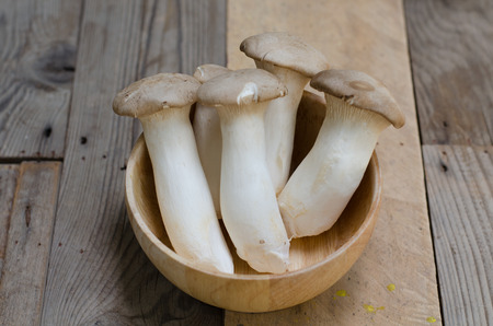 King oyster mushroom Pleurotus eryngii in wooden bowl Imagens
