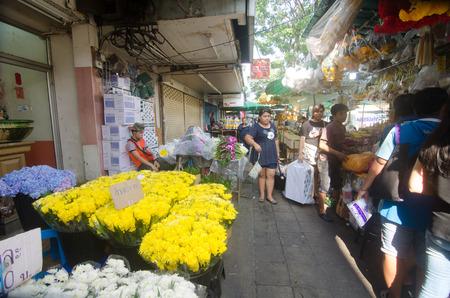 """BANGKOK - 24 oktober: Bloemenmarkt naam """"Pak Klong Talad"""" 24 oktober 2015 in Bangkok. Er zijn veel mooie en goedkope bloemen bij deze markt niet ver van de Chao Phraya rivier in Bangkok."""