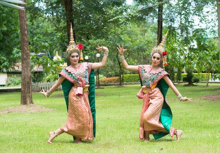 タイの伝統的なドレス。俳優は、タイでタイの古代ダンス芸術のコンケン、タイ古典仮面バレエを実行します。