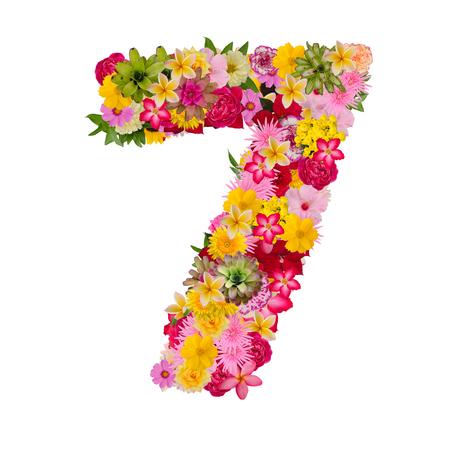 Numero 7 realizzato da fiore isolato su sfondo bianco. Pentecoste tracciato di ritaglio