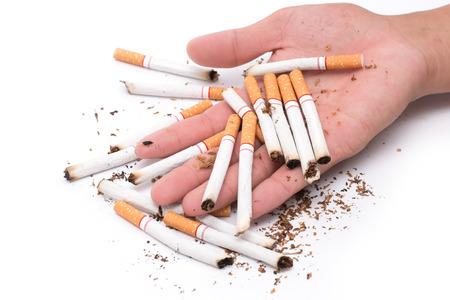 la mano dell'uomo tiene una sigaretta in mano. Al fine di smettere di fumare sigarette crea dipendenza. Concetti di salute e giornata per non fumatori Archivio Fotografico