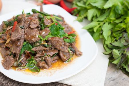 Thai scharfes Essen Basilikum Rindfleisch gebraten (Krapao Neao)