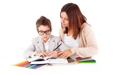 maestra ense�ando: Mujer feliz, madre o maestro ayudando ni�o con la tarea escolar Foto de archivo