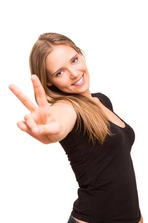 평화 또는 승리 기호를 게재하는 아름 다운 여자