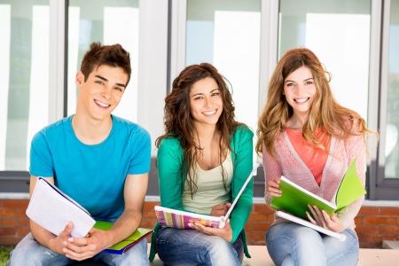大学キャンパスにおける学生の若いグループ