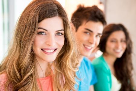 Jeune groupe d'étudiants en campus Banque d'images - 20557754