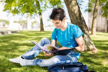 Jonge student studeren aan de schooltuin Stockfoto
