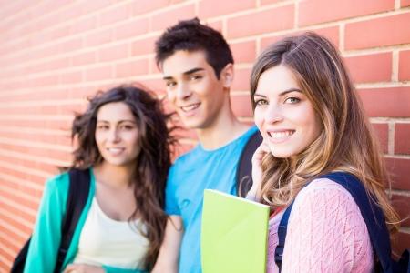 Jonge groep studenten in de campus Stockfoto