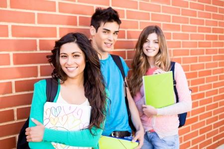 Jeune groupe d'?diants en campus