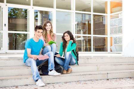 学校のキャンパスの学生の若いグループ