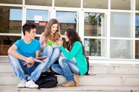 Jonge groep van studenten in de school campus