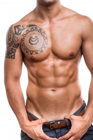 Close-up de la jeune athlète muscles abdominaux sur fond blanc