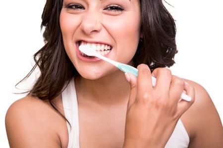 higiene bucal: Sonriente mujer joven con una dentadura sana celebraci�n de un cepillo de dientes