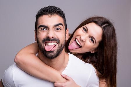 Portrait d'un couple d'amour drôle s'embrassent Banque d'images