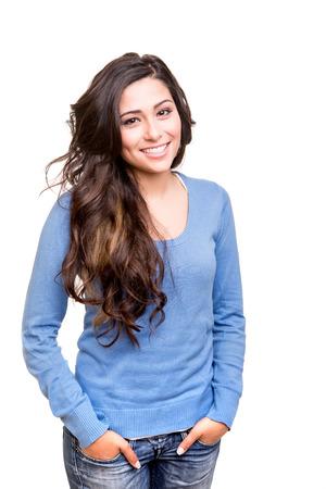 Junge Frau posiert und lächelnd über weißem Hintergrund Standard-Bild