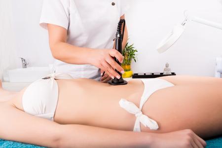 Femme obtenant anticellulite et traitement anti-graisse dans le salon de beauté Banque d'images