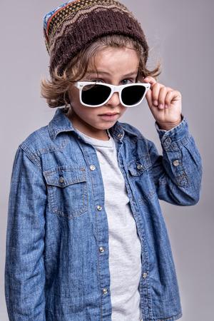 유행 흰색 선글라스를 착용하는 패션 작은 소년