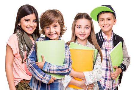 白い背景の上の小さい学生のグループ