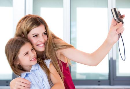 mujer hijos: Muchacha que toma una selfie con su madre o hermana