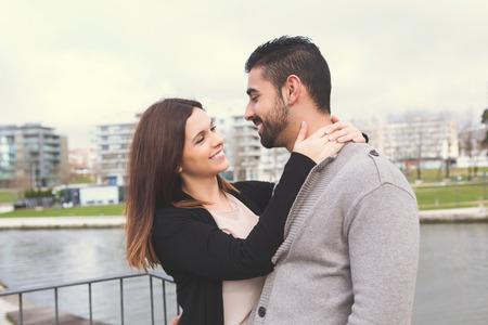 uomo sotto la pioggia: Bella coppia abbracciati in citt�