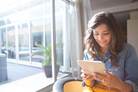 Mode vrouw met behulp van tablet met zonnestralen en lens flare Stockfoto