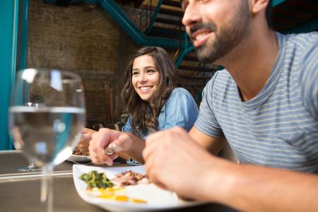diner romantique: Couple en train de déjeuner au restaurant gastronomique rustique Banque d'images