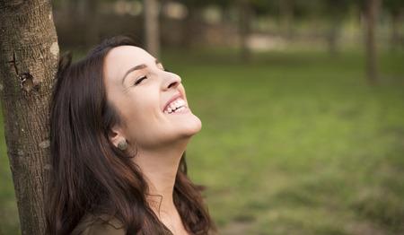 soñando: Mujer con la expresión feliz descanso en la pradera