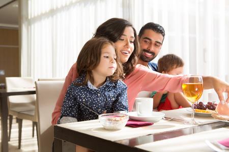 mujeres latinas: Familia joven latino de desayunar con los ni�os
