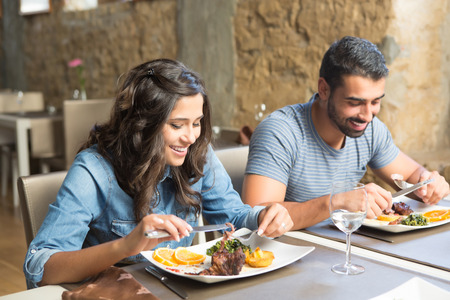 Coppia con pranzo al ristorante gourmet rustico Archivio Fotografico - 33094686