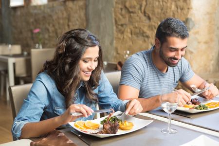 Paare, die das Mittagessen im rustikalen Gourmet-Restaurant Standard-Bild - 33094686