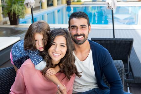 Mooie Latijnse familie ontspannen dicht bij het zwembad