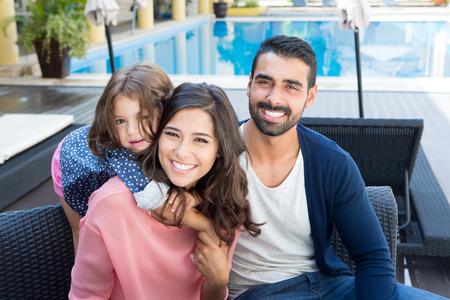 수영장에 아름다운 라틴어 가족 휴식 가까이